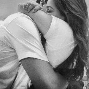 ¿Sabías que, según se dice, necesitamos 4 abrazos al día para sobrevivir, 8 para mantener nuestro equilibrio emocional y 12 para recorrer el camino del crecimiento?.